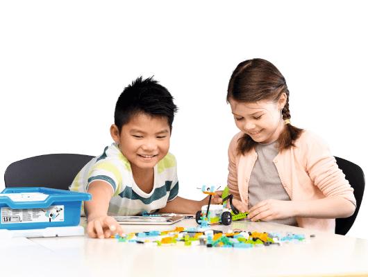 ロボットを作成する子供